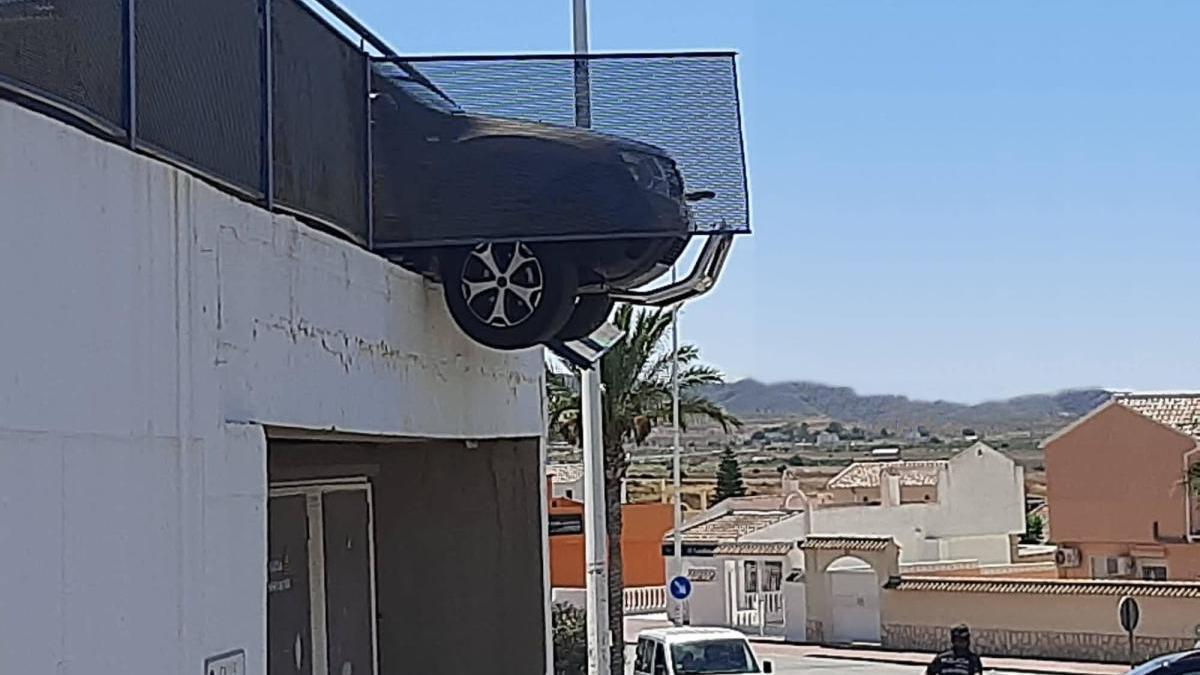 El coche, con la parte delantera en el aire.