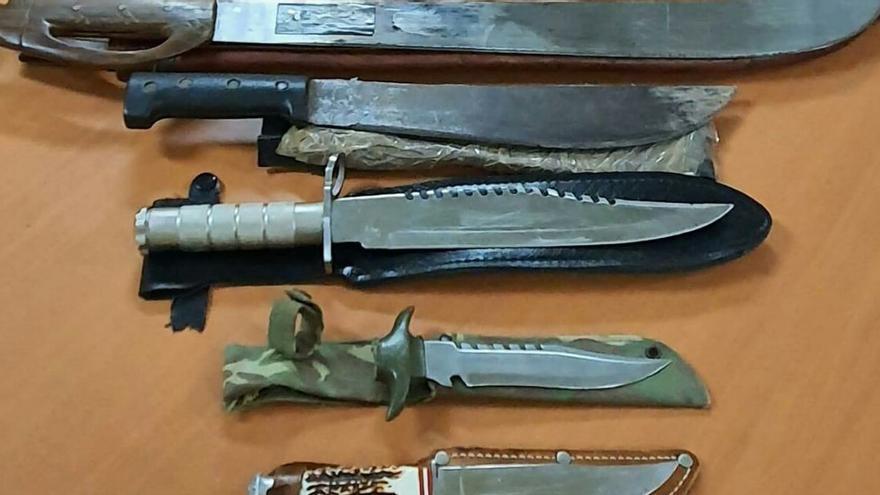 Hallan un arsenal de grandes cuchillos en casa de un detenido por amenazar a su hermano en Murcia
