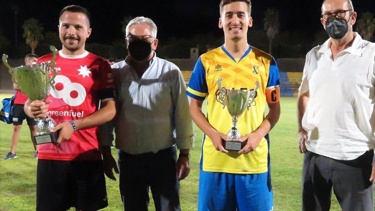 Los capitanes de Los Santos y Monesterio, con sus trofeos, junto al alcalde y al presidente del club