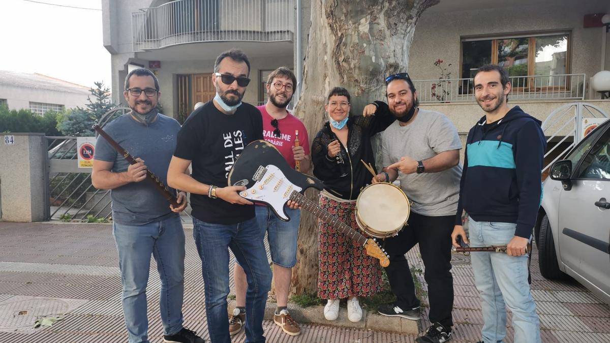 Jair Domínguez fent entrega de la guitarra elèctrica al grup Quatrevents