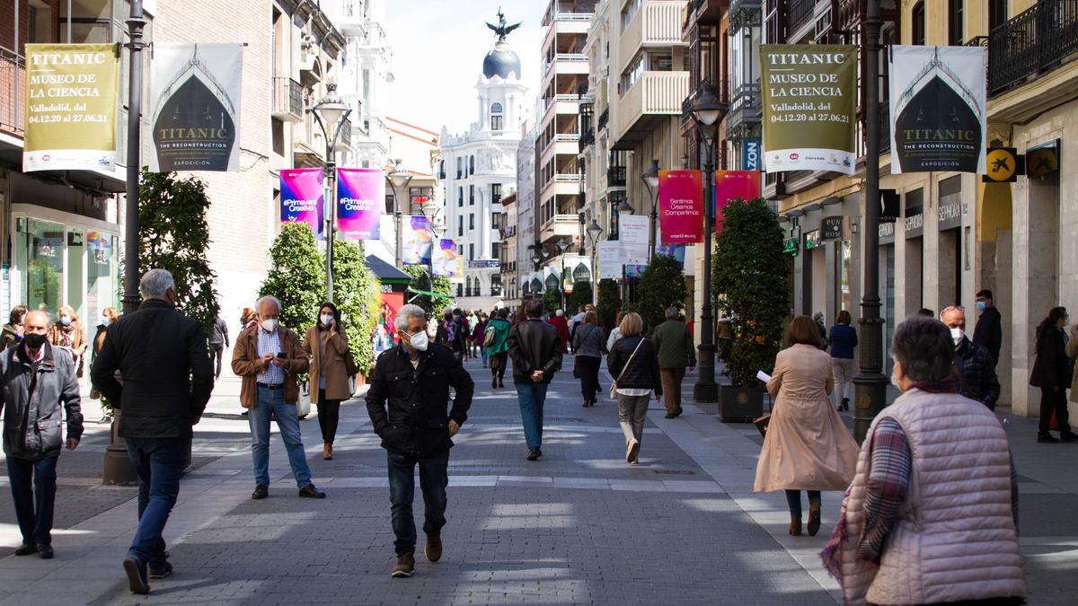 Gente paseando por la calle Santiago de Valladolid.
