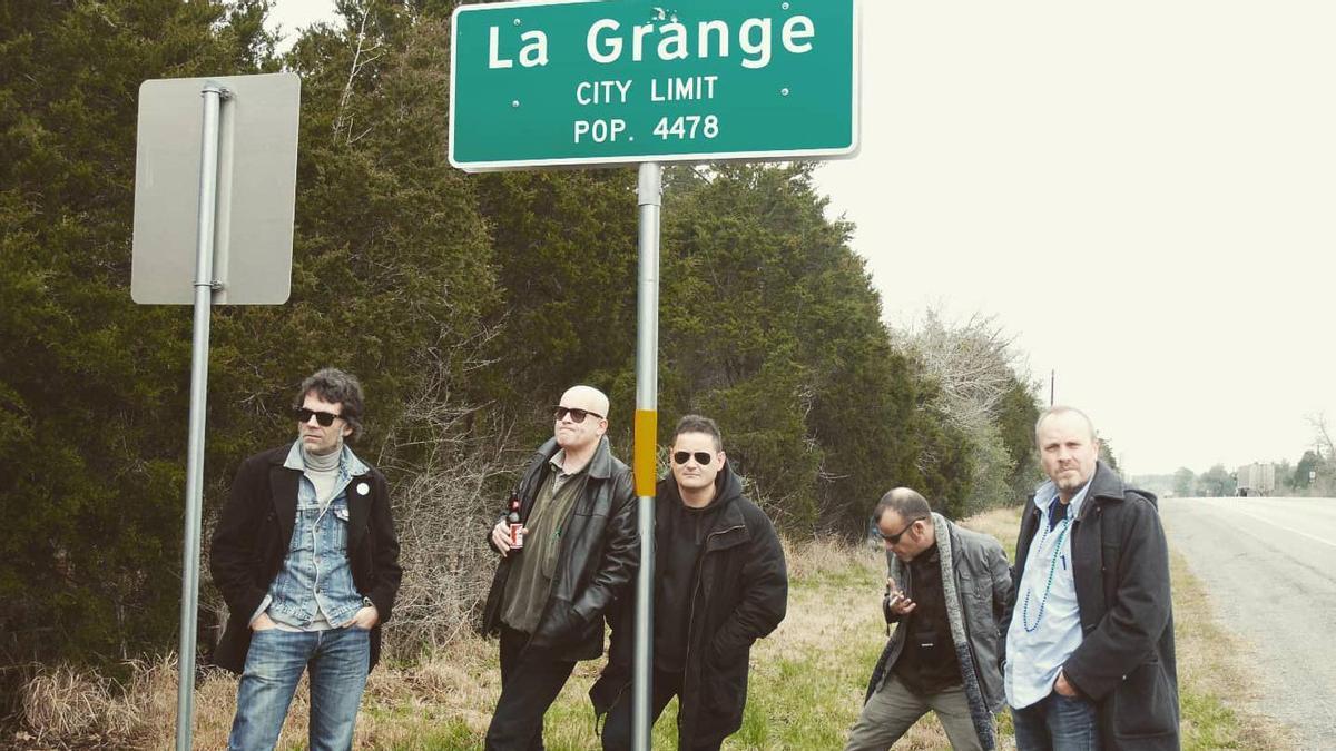 Siniestro Total, con un cartel que marca el límite de La Grange, la ciudad que da nombre a la canción más mítica de ZZ Top