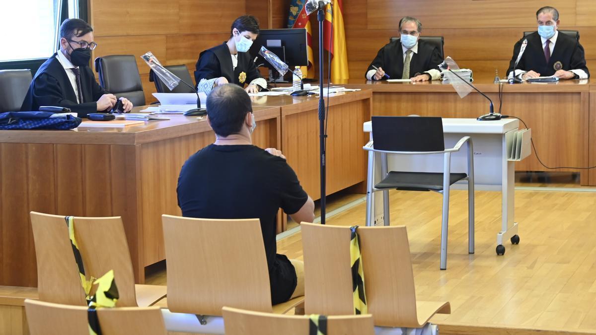 Imagen del acusado, sentado ayer en el banquillo