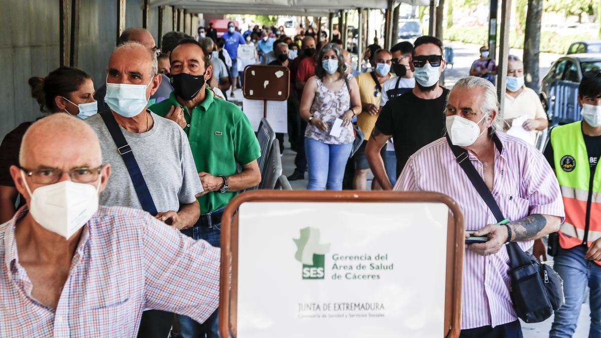 Cacereños acuden a la vacunación sin cita este jueves en Cáceres.