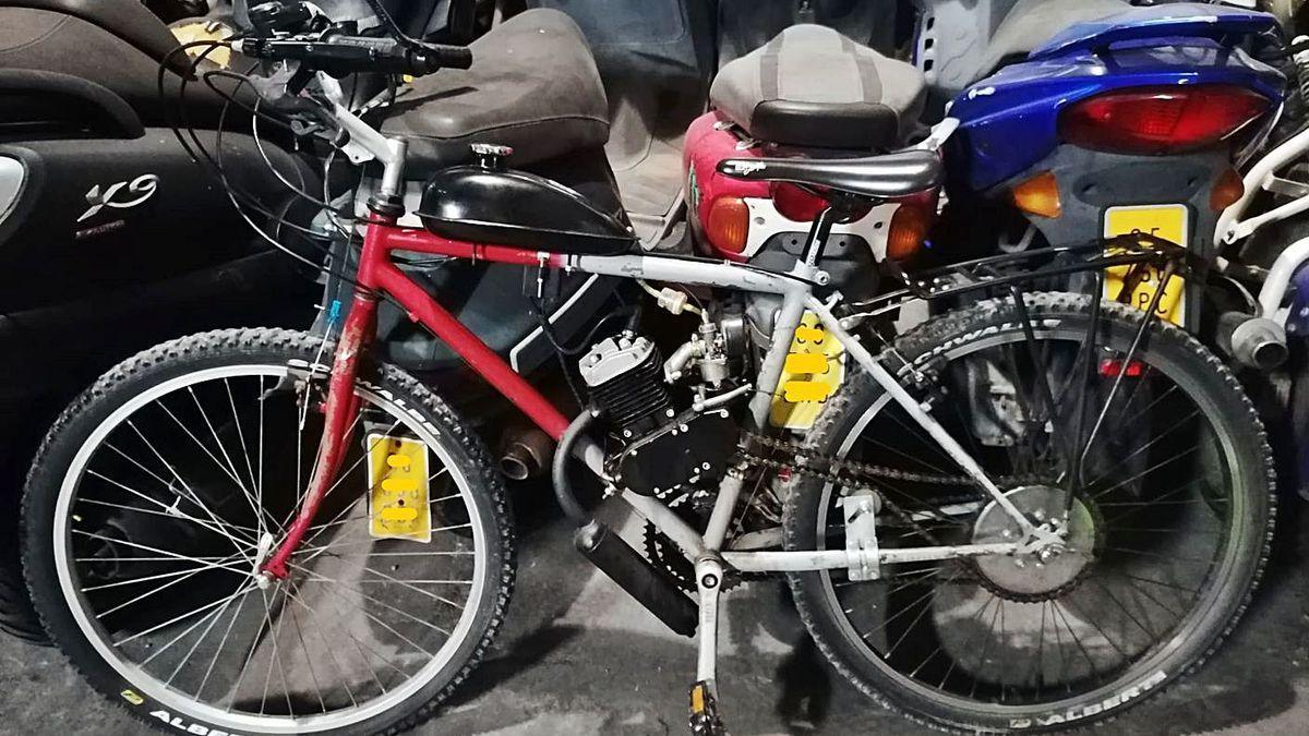 El curioso velocípedo requisado por la policía local y que ha acabado en el depósito municipal.