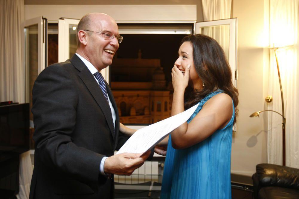 Félix Crespo le lleva a Marta la confirmación de lo que ha escuchado por teléfono de boca de la alcaldesa: el acta con su nombre.