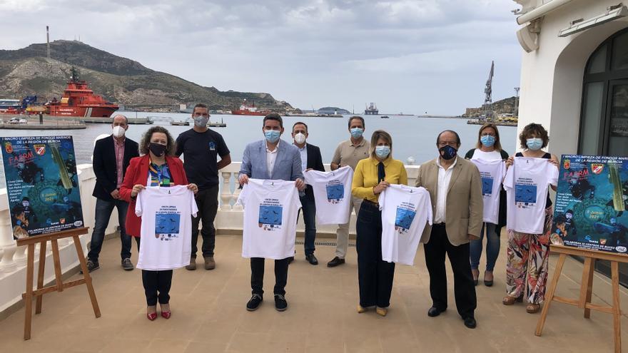 Limpieza de residuos en los fondos marinos con buceadores voluntarios