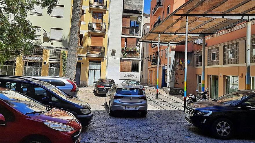 El Carme Vehículos aparcados en una plaza peatonal