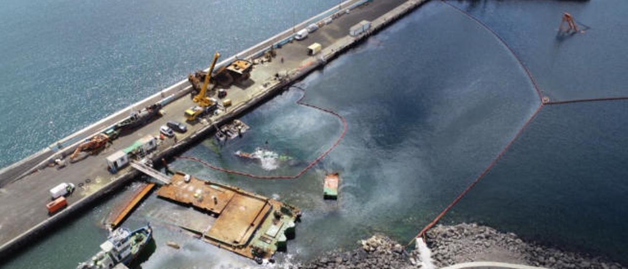 Imagen aérea del desastre marino y medioambiental ocurrido en el muelle de Gran Tarajal con el hundimiento de las gabarras de obras, el pasado mes de febrero.