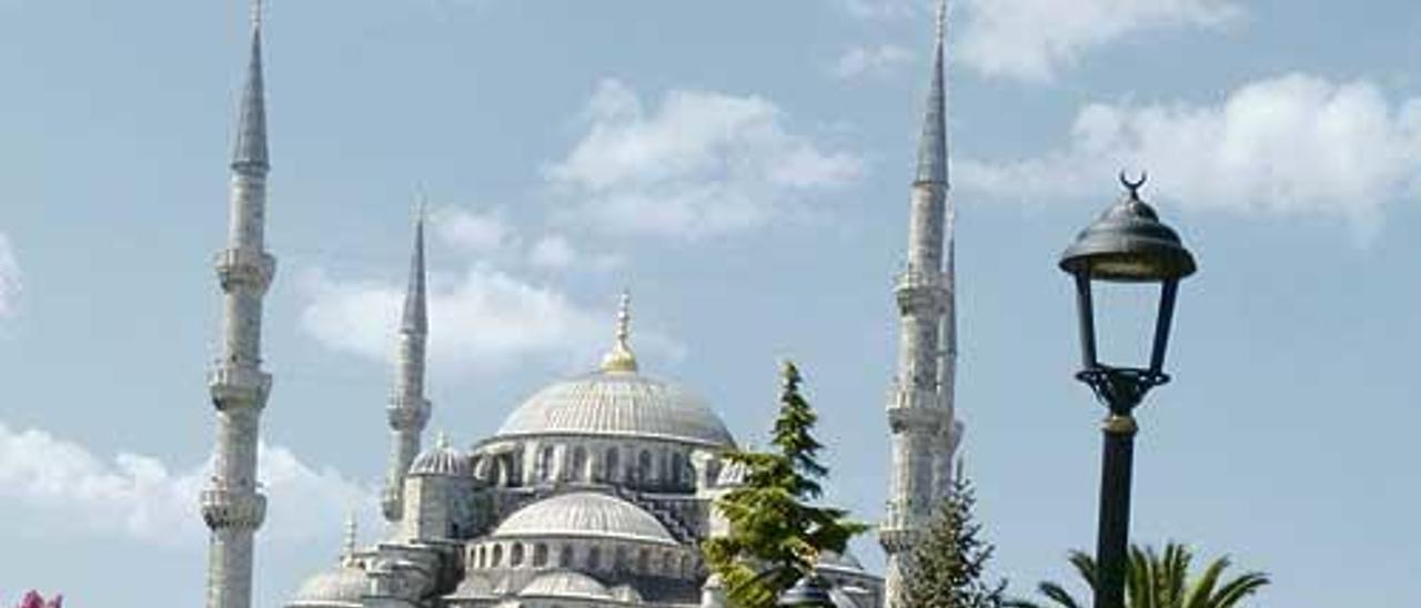 Obaya con su moto ante la gran mezquita de Estambul.