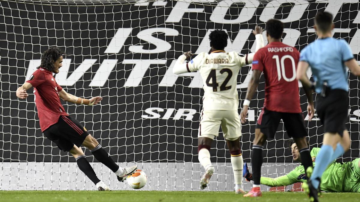 Cavani anota uno de los goles del Manchester United