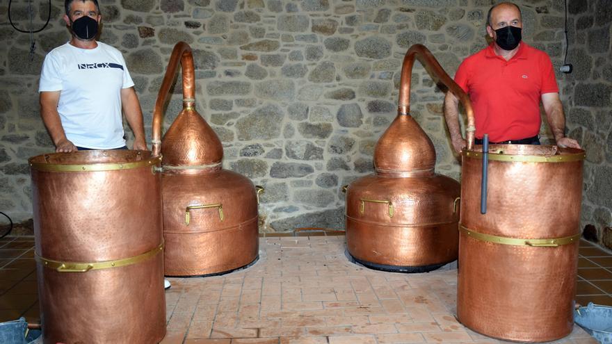 """La destilación casera sobrevive en Arousa a la presión burocrática y el abandono del """"catalán"""""""