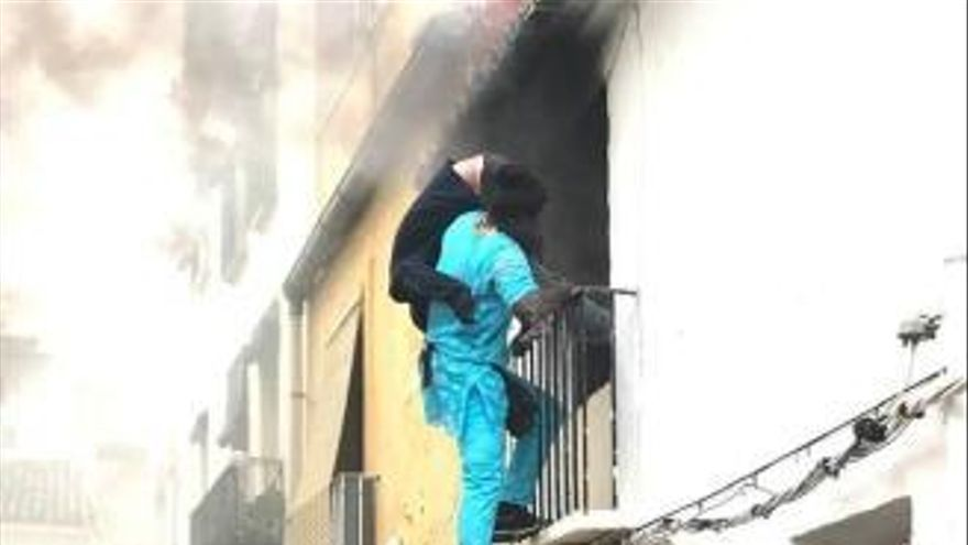 Un inmigrante senegalés salva la vida a un vecino de Denia atrapado en su casa en llamas