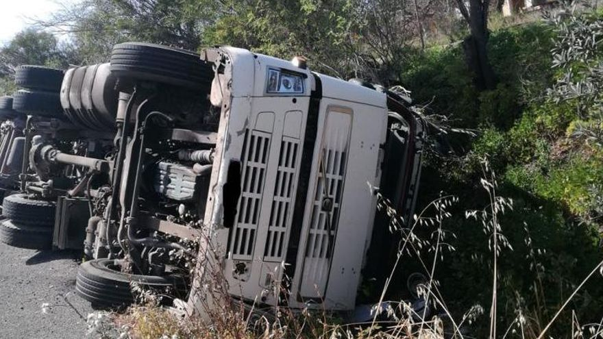 Vuelca en Ondara un camión cargado de madera