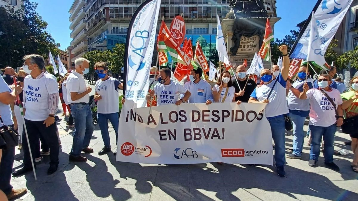 Trabajadores del BBVA protestan en Granada.
