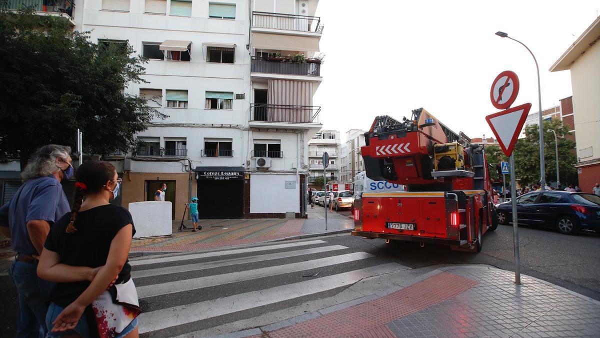 Los bomberos, junto a la vivienda afectada.