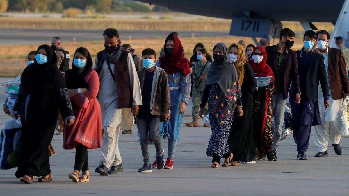 Ciudadanos afganos llegan a la base de Rota.