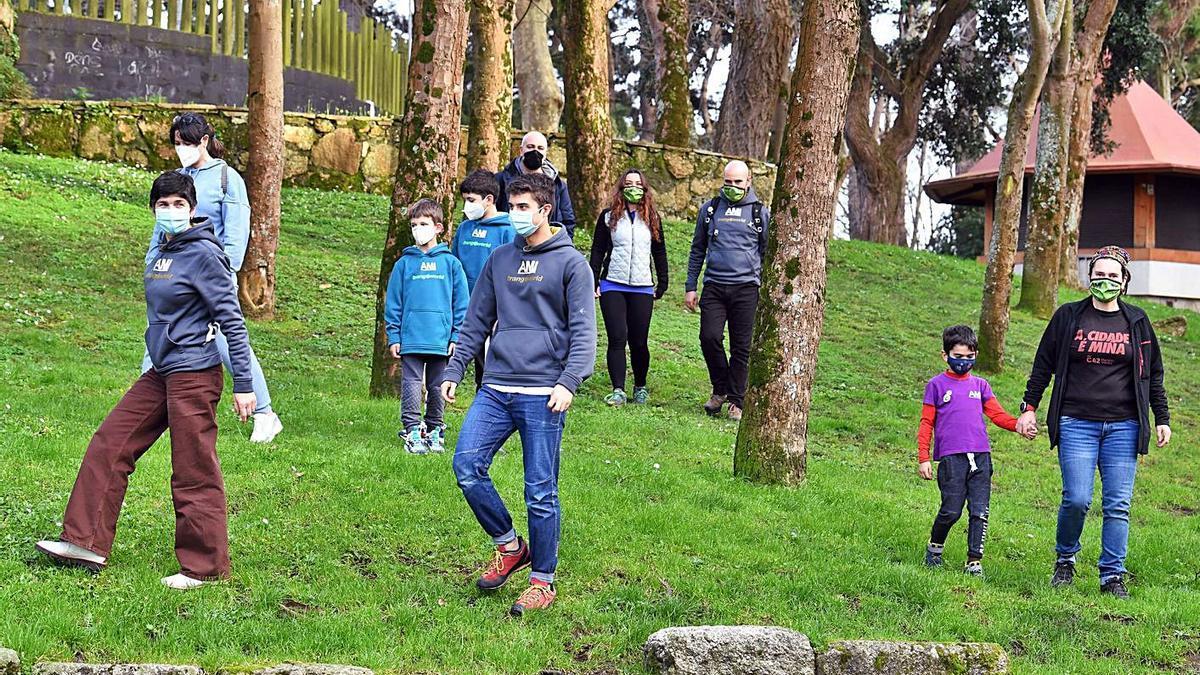 Miembros de la asociación, de caminata por el parque de Santa Margarita. |   // VICTOR ECHAVE
