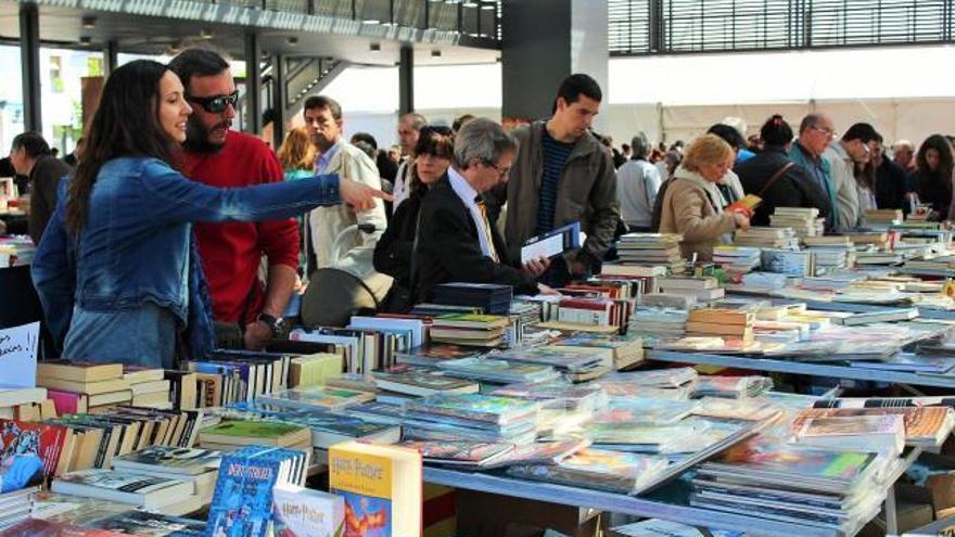 El mercat del Llibre Vell es manté a la plaça Catalunya de Figueres