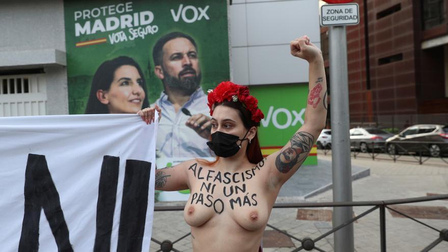 """Activistas de Femen protestan frente a la sede de Vox:  """"Al fascismo ni un paso más"""""""