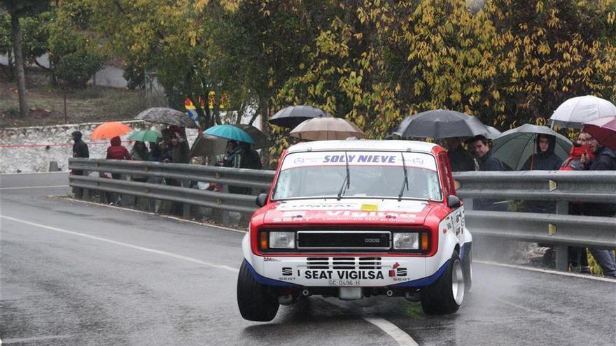 Victoria bajo la lluvia de José Carlos García con un Seat 124