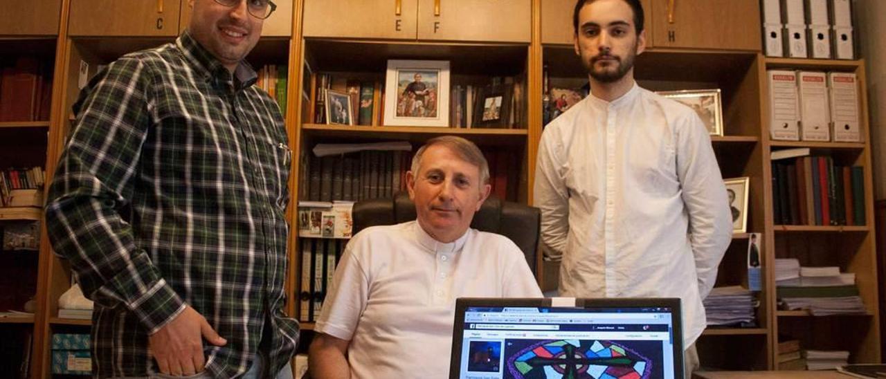Xuan Pandiella, Joaquín Serrano y Rodrigo Puerta muestran la exitosa página de la parroquia en el despacho de San Félix de Lugones.