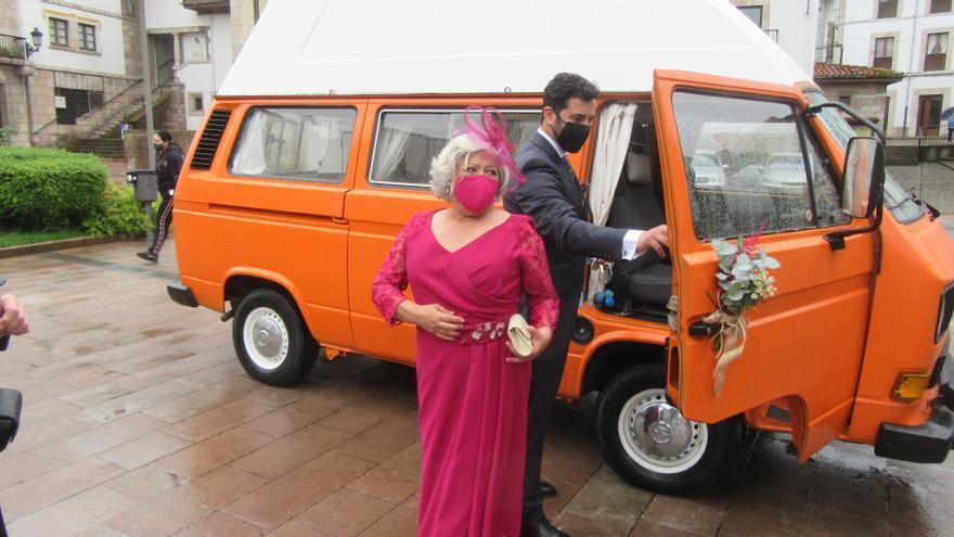 En autocaravana y con un año de retraso: así se retoman las bodas en la iglesia de Santa María de Cangas de Onís