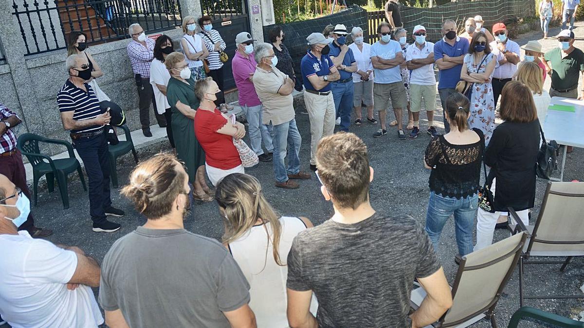 Asamblea de vecinos celebrada en la zona donde se prevé instalar la gasolinera.   | // RAFA VÁZQUEZ