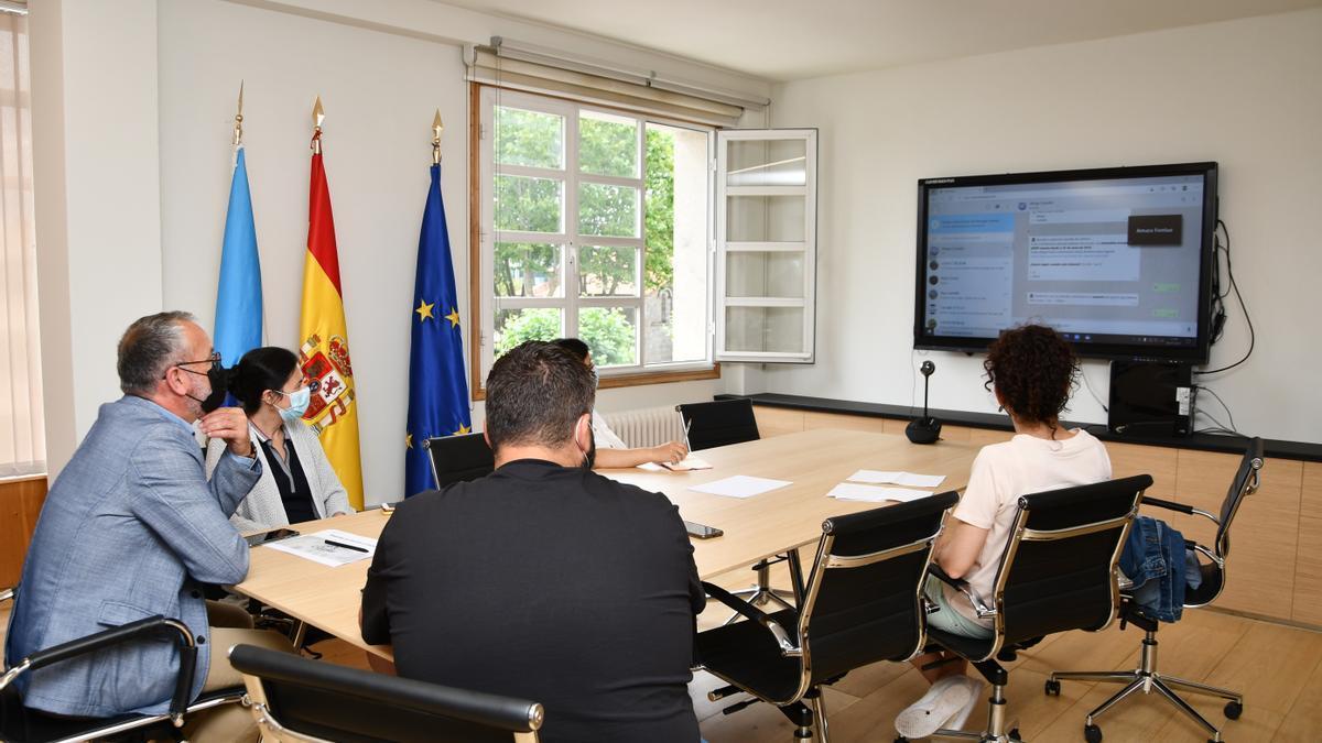 Presentación del nuevo sistema de comunicación con los vecinos, ayer, en el Concello de Cambre.