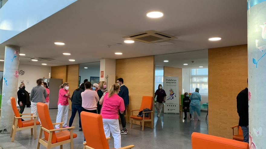 Vacunan a ocho funcionarias del Ayuntamiento de Almoradí en la tanda destinada a las residencias