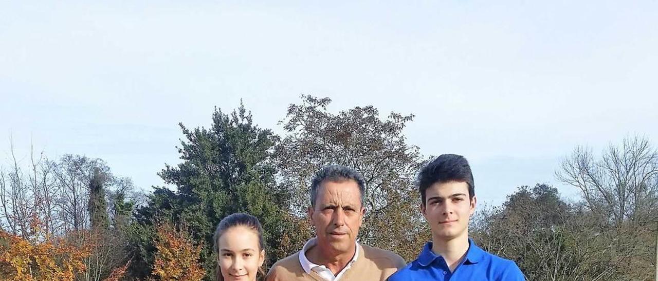Anuska y Pelayo, con su profesor, Alejandro Valdés.