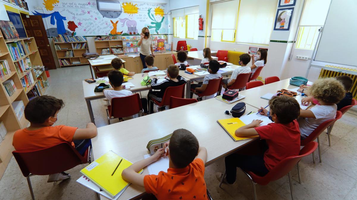 Una maestra, durante una clase de Primaria en un colegio de Murcia