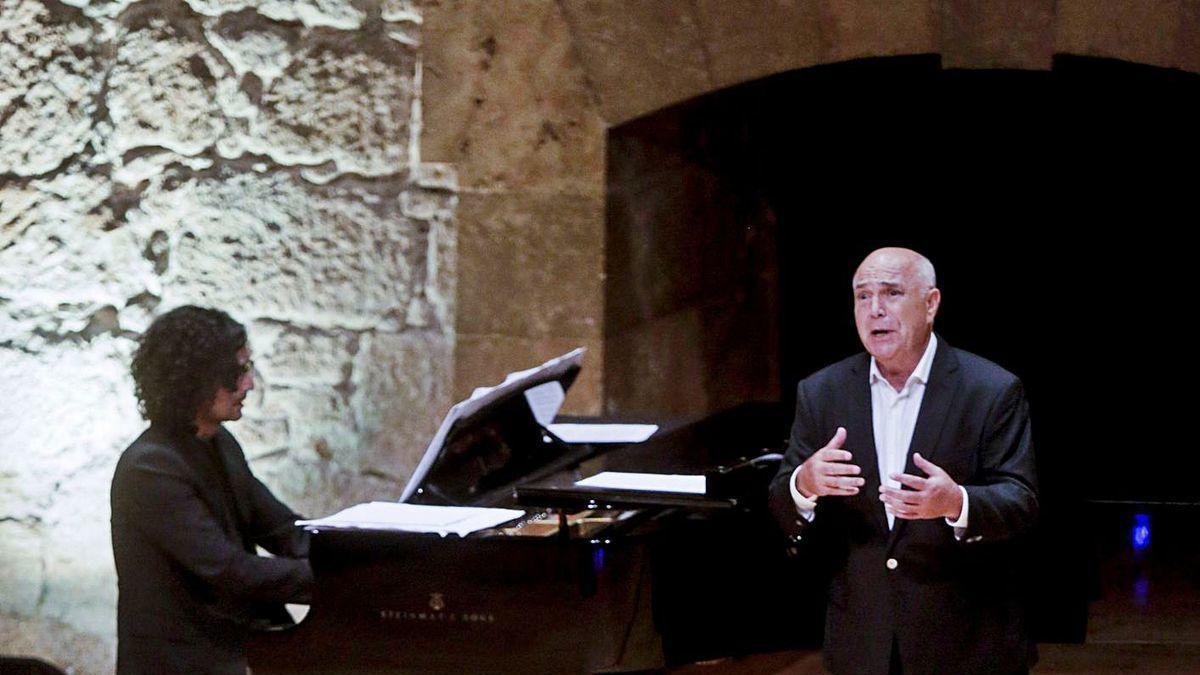 Joaquín Pixán, durante su concierto de ayer acompañado al piano por Mario Bernardo.