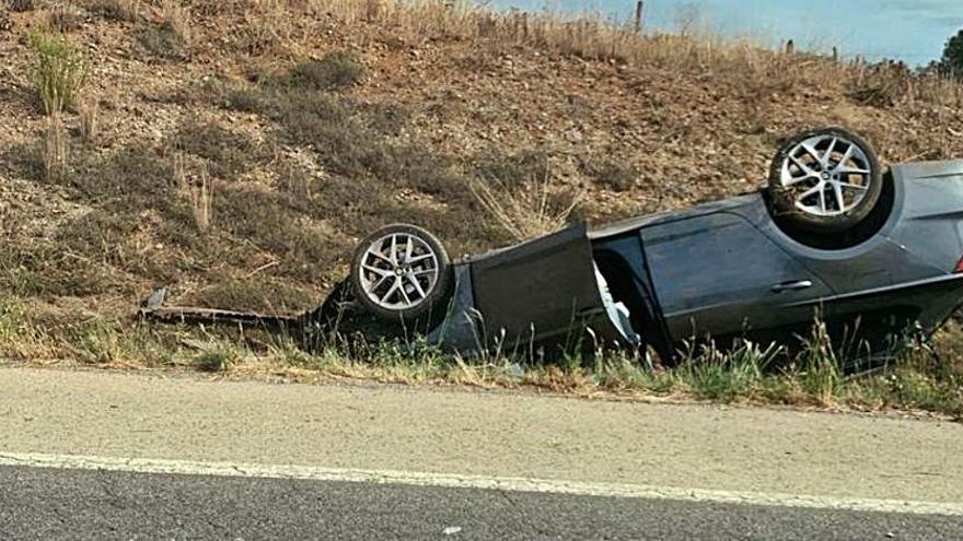 Un xoc entre dos cotxes a Cabanelles acaba amb un de bolcat i tres ferits