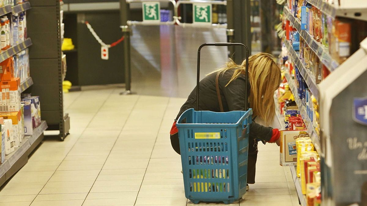 Una mujer comprando en un supermercado de la provincia de Alicante.