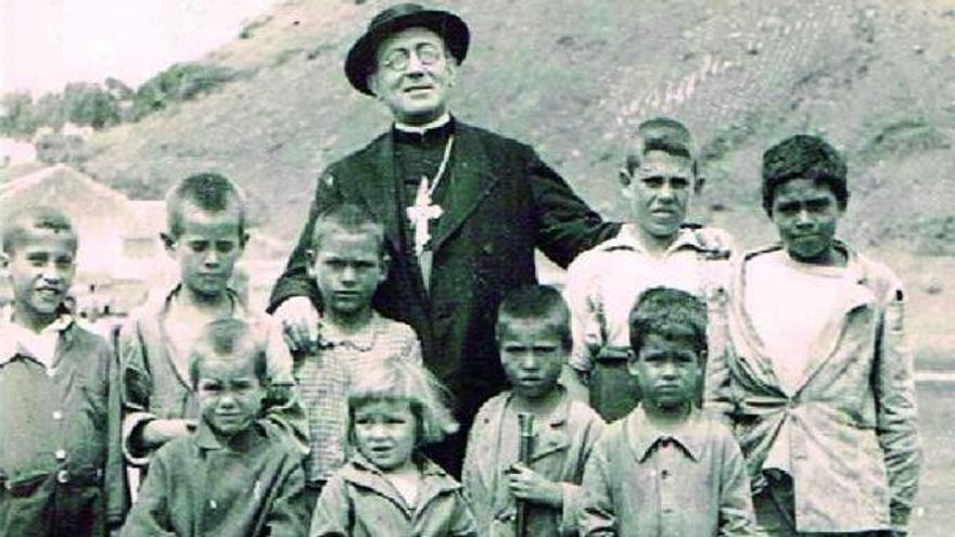 Arriba, el obispo Pildain rodeado de menores en Agaete.