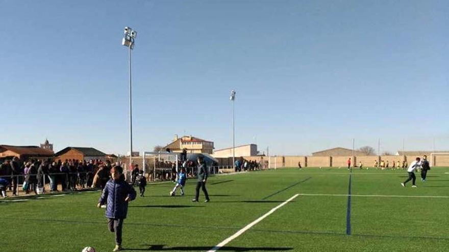 El Ayuntamiento cubrirá en breve las gradas del campo de fútbol para proteger al público
