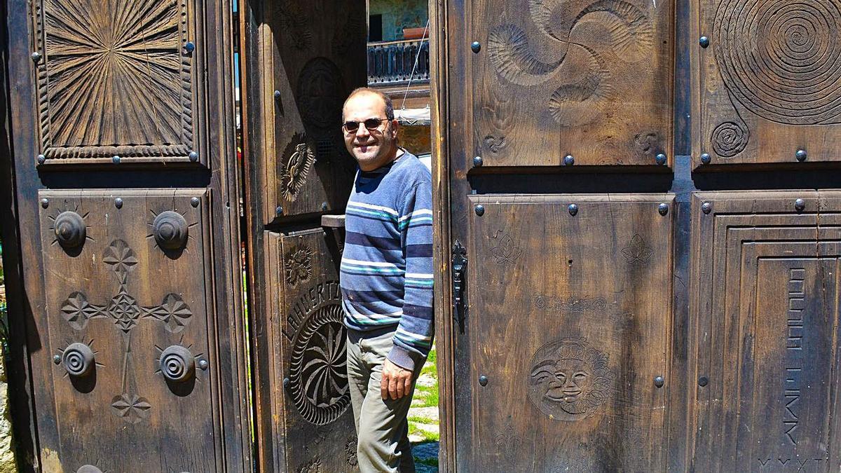 Santi Somoano, a la puerta de so casa.