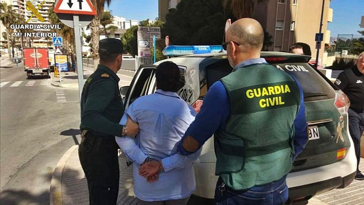 La Guardia Civil traslada a la mujer detenida por simulación de delito.   INFORMACIÓN
