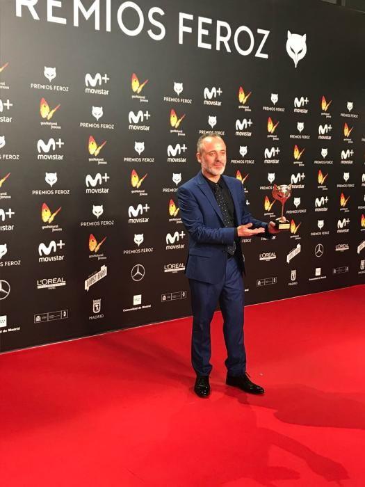 """El asturiano Javier Gutiérrez, con uno de los premios logrados por la serie """"Vergüenza"""""""