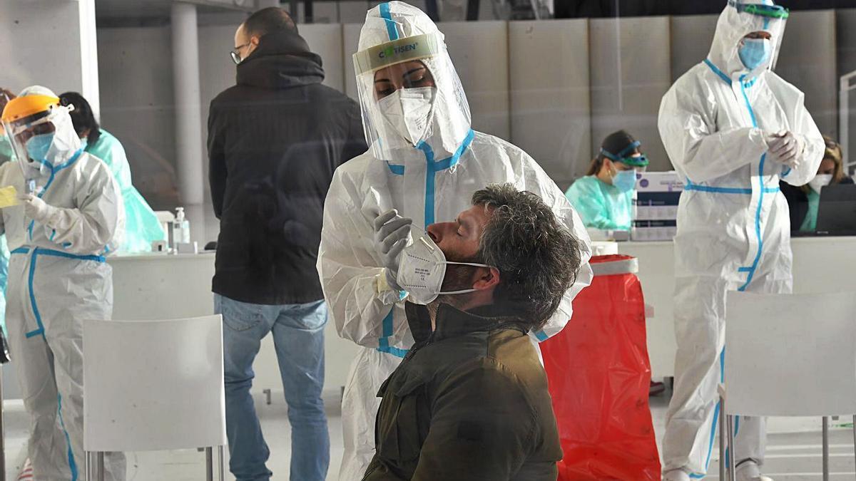 Un hombre se somete a un test en un cribado en A Coruña.