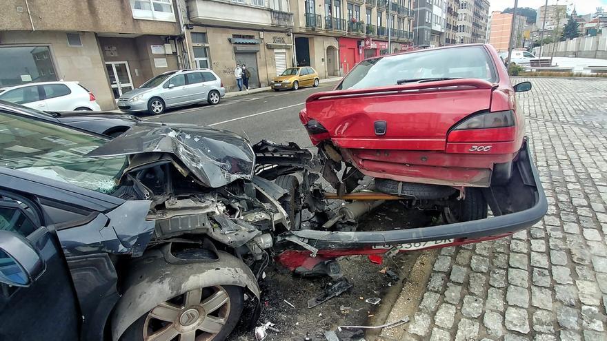 Un coche se empotra contra otro aparcado en la avenida de Ourense de Marín