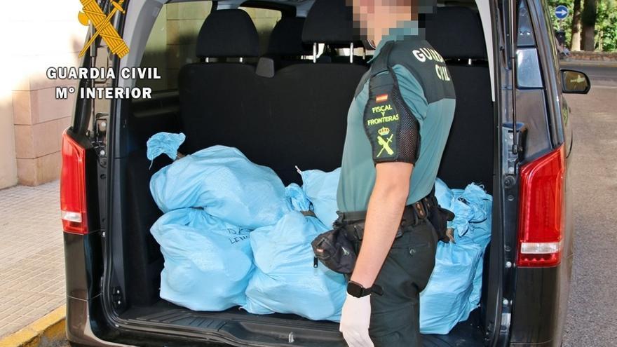"""La Guardia Civil intercepta en Almendralejo un """"narcotransporte"""" con 270 kg de hachís"""
