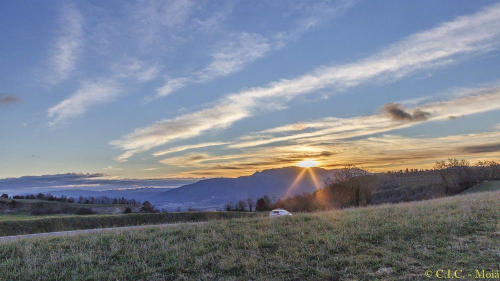 Moianès. Imatge que ens deixa el nostre lector, que ens mostra una bonica albada des de Collsuspina. Els rajos d'un sol matiner surten com escletxes per darrere la muntanya i un cel ple de núvols fa que aquest moment sigui irrepetible.