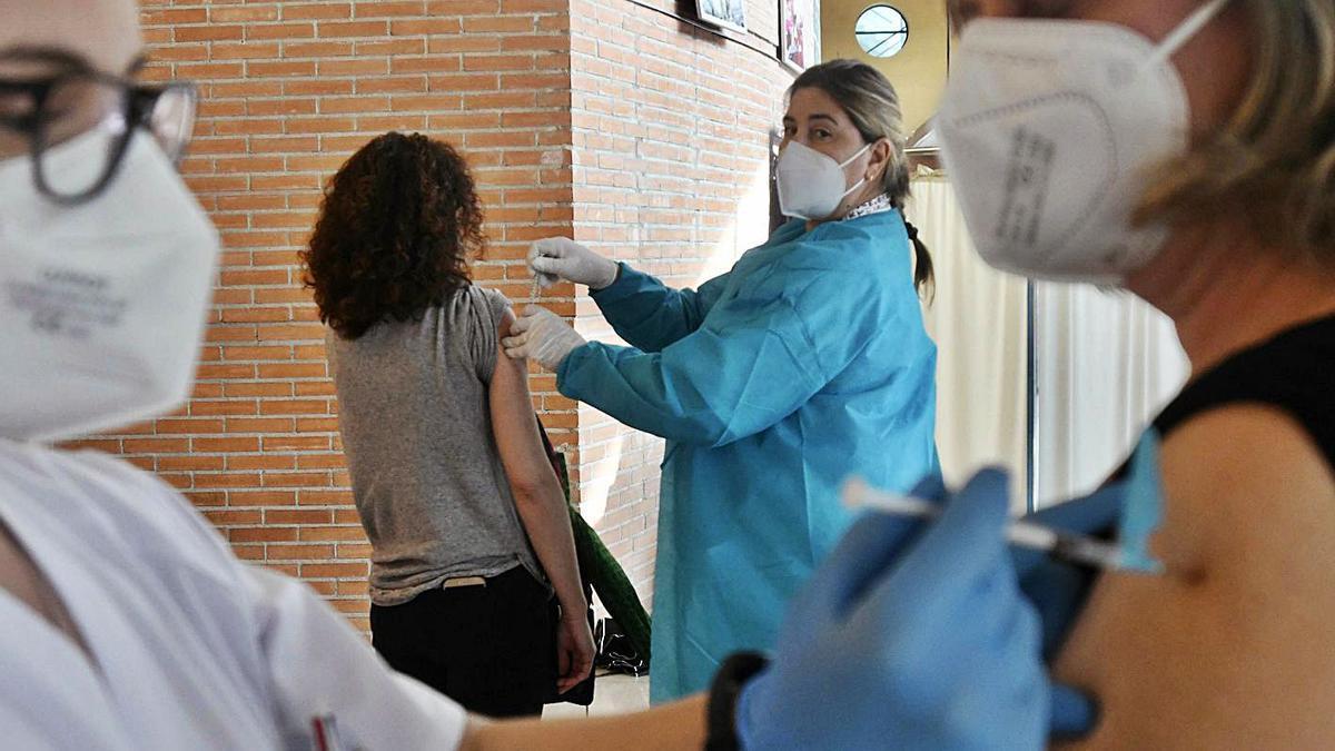 Los usuarios de 64 y 65 años comenzarán a ser vacunados mañana en la Región. | ISRAEL SÁNCHEZ