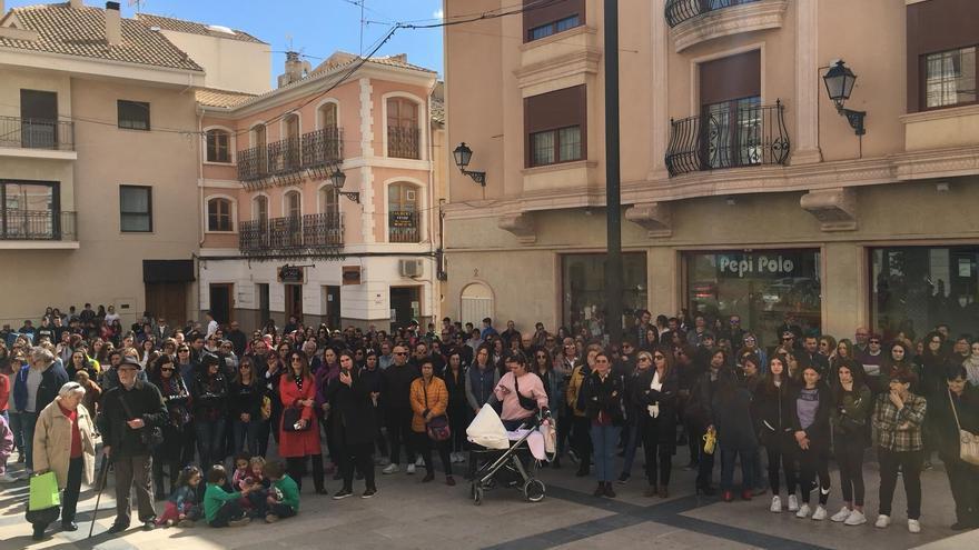 Monóvar celebra el Día de la Dona con pancartas y carteles