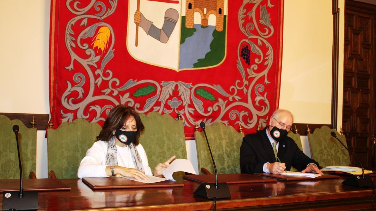 Eusebio Díez Pinilla firma el convenio con Inmaculada Lucas