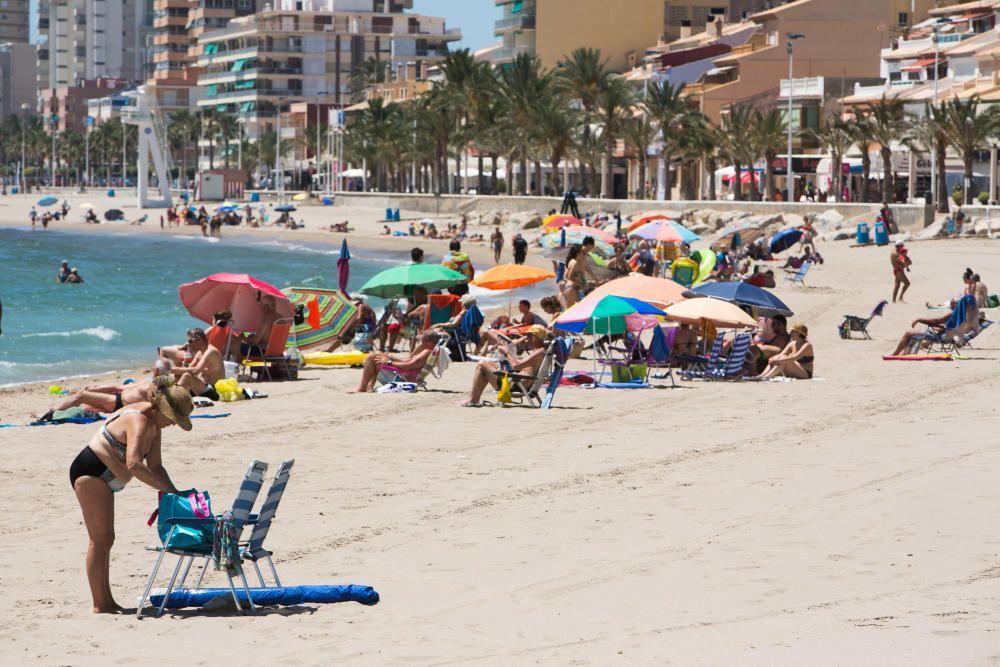 Carrer de la Mar, en El Campello, con bandera azul.