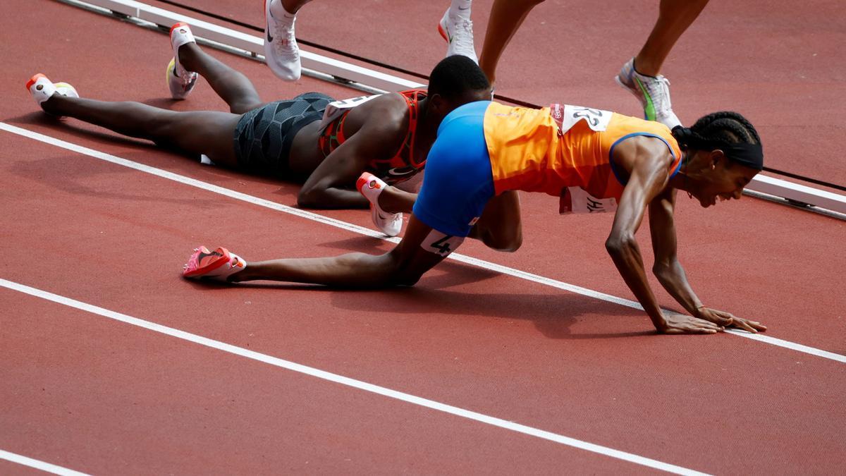 Sifan Hassan se va al suelo a 400 metros de la meta.