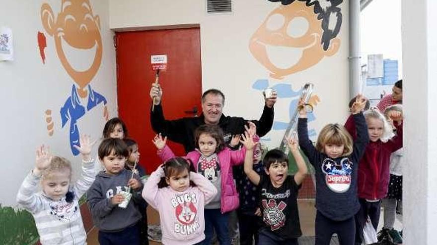 Davila y los pequeños de Monte da Guía crean el mural de la igualdad